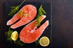 Filetes de pescados de color salmón crudos imagenes de archivo
