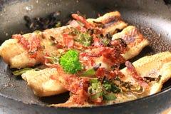 Filetes de pescados fritos cacerola Fotos de archivo libres de regalías