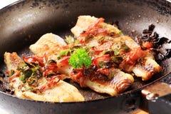 Filetes de pescados fritos cacerola Imagen de archivo libre de regalías
