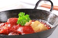 Filetes de pescados fritos cacerola con la salsa de tomate Imagenes de archivo