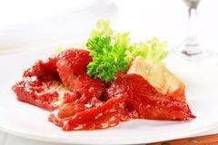 Filetes de pescados fritos cacerola con la salsa de tomate Fotografía de archivo libre de regalías