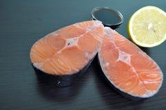 Filetes de pescados rojos con el limón y la salsa Foto de archivo
