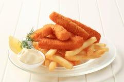 Filetes de pescados y patatas fritas fritos Fotografía de archivo libre de regalías