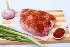 Filetes del cerdo con la grasa La carne está en el tablero de madera con la especia como la pimienta y cebolla verde de la primav Foto de archivo