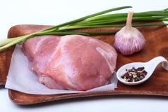 Filetes del cerdo con la grasa La carne está en el tablero de madera con la especia como la pimienta y cebolla verde de la primav Fotografía de archivo libre de regalías