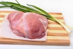 Filetes del cerdo con la grasa La carne está en el tablero de madera con la especia como la pimienta y cebolla verde de la primav Fotografía de archivo