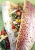 Filetes del salmonete rojo con albahaca y ratatouille Imagenes de archivo