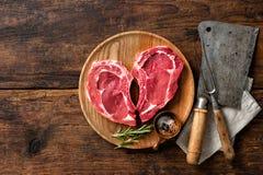 Filetes frescos crudos de la carne de la ternera de la forma del corazón fotografía de archivo libre de regalías