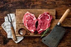 Filetes frescos crudos de la carne de la ternera de la forma del corazón imagenes de archivo