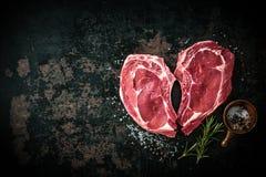 Filetes frescos crudos de la carne de la ternera de la forma del corazón foto de archivo libre de regalías