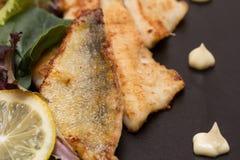 Filetes fritos de la perca con el limón y la ensalada Imagen de archivo libre de regalías