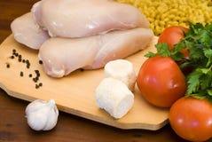 Filetes, queso, pastas y vehículos sin procesar del pollo Foto de archivo libre de regalías