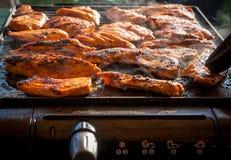 Filetes sabrosos del pollo en la parrilla eléctrica del contacto Foto de archivo