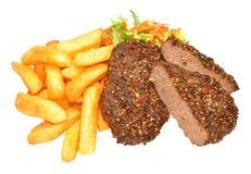 Filetes y Chips Meal sazonados con pimienta de la parrilla de la carne de vaca Foto de archivo libre de regalías