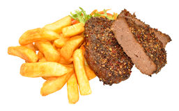 Filetes y Chips Meal sazonados con pimienta de la parrilla de la carne de vaca Fotos de archivo libres de regalías