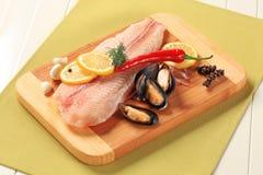 Filetes y mejillones de pescados frescos Fotografía de archivo