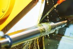 Filetez la coupe sur la machine de polissage avec la lubrification d'huile photo libre de droits