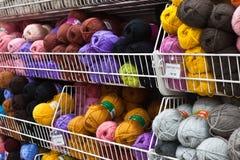 Filetez pour tricoter sur les individus dans le magasin Photo libre de droits