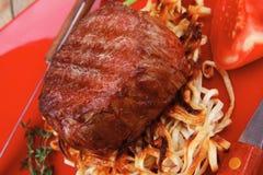 Filetmedaillons op noedels met roodgloeiende Spaanse peperpeper Royalty-vrije Stock Foto