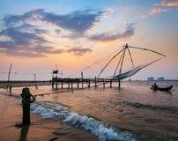 Filets chinois sur le coucher du soleil. Kochi, Kerala, Inde Image stock