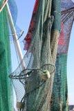 Filets commerciaux pendant du mât et du calage de bateaux photo libre de droits
