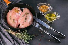 Filets crus de poulet avec des épices et des herbes Image stock