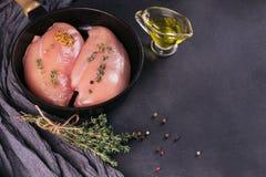 Filets crus de poulet avec des épices et des herbes Photographie stock
