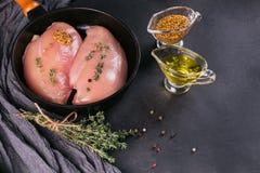 Filets crus de poulet avec des épices et des herbes Image libre de droits