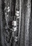 Filets de pêche accrochants verticaux avec des flotteurs de liège images stock