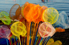 Filets de pêche colorés à la stalle du marché Image libre de droits