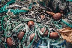 Filets de pêche colorés avec des cordes et des flotteurs images stock