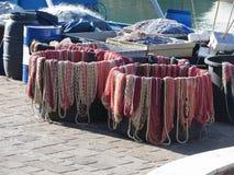 Filets de pêche colorés dans le port La Toscane, Italie Photographie stock libre de droits