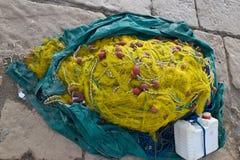 Filets de pêche, cordes et boîte jaunes Photographie stock