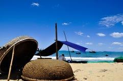 Filets de pêche de raccordement sur la plage de Quy Nhon photos libres de droits