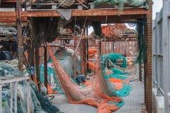 Filets de pêche stockés dans un port Photographie stock