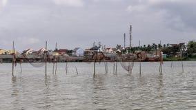 Filets de pêche sur Thu Bon River, Hoi An, Vietnam photographie stock libre de droits