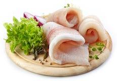 Filets de poisson cru sur la planche à découper en bois photographie stock libre de droits