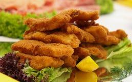Filets de poissons frits avec des légumes Images libres de droits