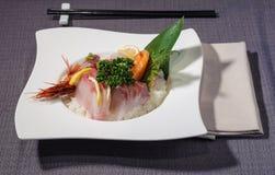 Filets de thon de thonine et d'espadons avec les crevettes rouges crues sur le ri Photos stock