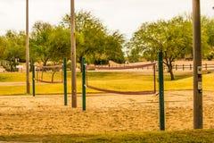 Filets de volleyball au parc local images libres de droits