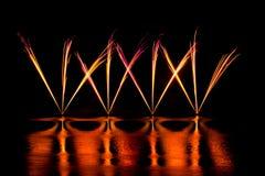 Filets des feux d'artifice roses et jaunes Image stock