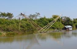 Filets en rivière de tributaire vers le lac sap de Tonle photographie stock