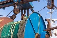Filets et calage d'un chalutier de pêche de fer Photo stock