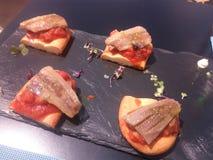 Filets fumés de sardine au-dessus de pâte cuite par pain images stock