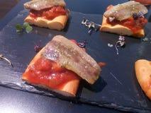Filets fum?s de sardine au-dessus de p?te cuite par pain photographie stock libre de droits