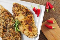 Filets grillés de poulet avec des herbes de fines Photographie stock libre de droits