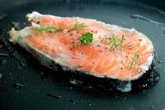 Filets saumonés crus Images libres de droits