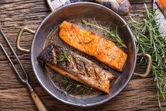 Filets saumonés crus Saumons grillés, decorationon d'herbe des graines de sésame sur la casserole de vintage ou panneau noir d'ar photo libre de droits