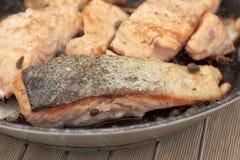 Filets saumonés frits par casserole Photo stock