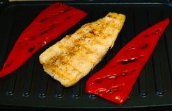 Filets van vissen en Bulgaarse Spaanse pepers op de grill, concept het gezonde eten Royalty-vrije Stock Fotografie